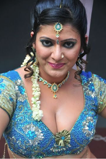Sexy aunty cleavage